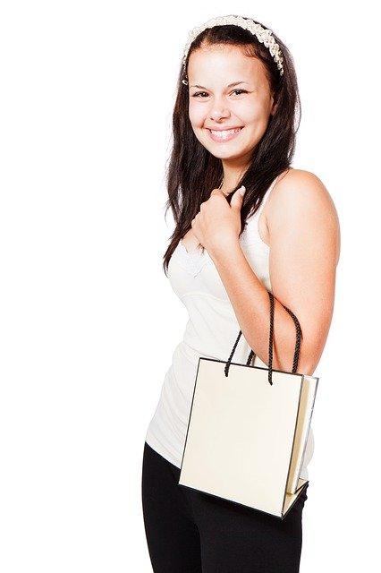 Bild zu: Fachwirtin für E-Commerce mit Einkaufstasche um den Arm gehängt.