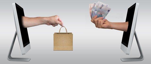 Fortbildung zum Fachwirt E-Commerce als qualitative Entscheidung. Geld gegen Dienstleistung als Bild mit zwei Monitoren und der Geldüberreichung im Online-Handel.