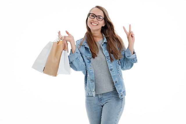 Gehalt vom Fachwirt E-Commerce als Grafik mit Einkaufstaschen in der Hand.