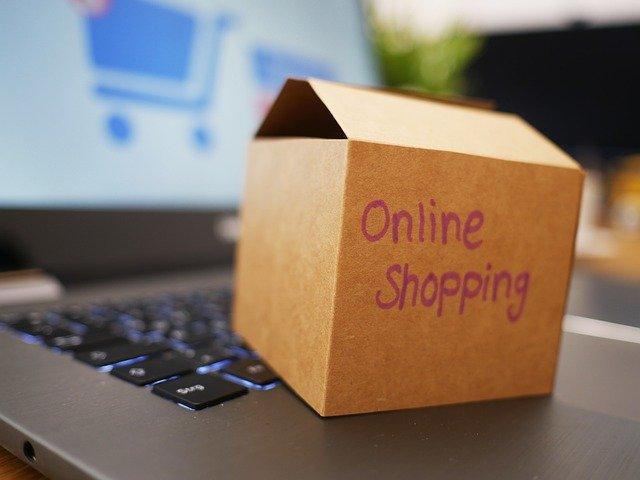 Paket im Ecommerce, welches die Käufer des Seminars zum Fachwirt E-Commerce erhalten. Bild mit Karton, auf dem der Schriftzug Online-Shopping steht.